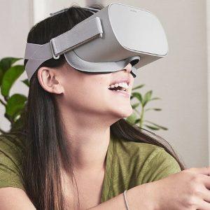 Frau mit VR-Brille Oculus-Go